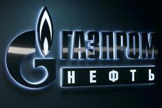 Логотип Газпромнефти в офисе компании в Ханты-Мансийске 28 января 2016 года. Нефтяное крыло Газпрома - компания Газпромнефть - увеличила чистую прибыль акционеров по МСФО по итогам 2016 года на 83 процента до 200,1 миллиарда рублей на фоне роста добычи сырья, сообщила компания в среду. REUTERS/Sergei Karpukhin/File Photo