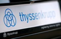 El logo del grupo alemán ThyssenKrupp AG se ve en una conferencia de prensa en Essen, Alemania. 24 de noviembre 2016.  Thyssenkrupp espera que la venta de CSA a Ternium le genere una pérdida neta, ya que asumirá una amortización de 900 millones de euros (946,5 millones de dólares) en la acería brasileña. REUTERS/Wolfgang Rattay/File Photo
