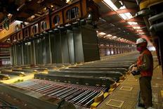 Un trabajador en la planta de cátodos en la mina de cobre Escondida en Antofagasta, Chile, mar 31, 2008. La huelga en Escondida en Chile, el mayor yacimiento mundial de cobre, tiene pocas probabilidades de finalizar en el corto plazo ante las posiciones rígidas de sus trabajadores y de la empresa, que han complicado el diálogo en un conflicto que podría extenderse por al menos un mes.  REUTERS/Ivan Alvarado