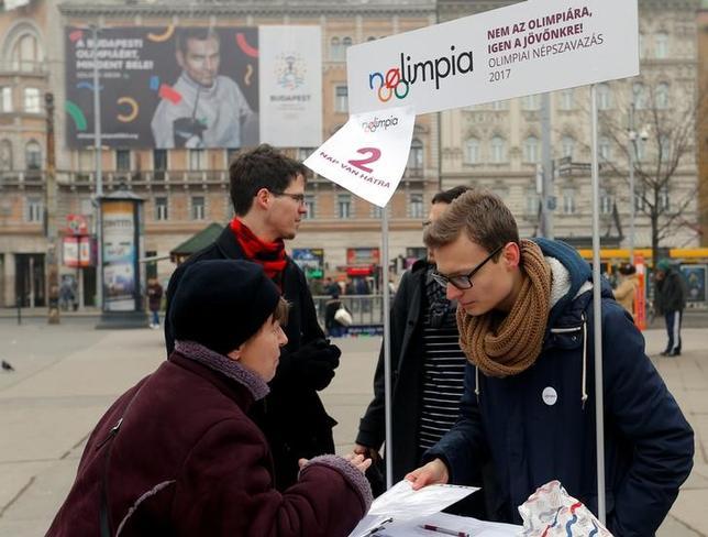 2月22日、ハンガリー政府は、2024年夏季五輪開催を目指して立候補していたブダペストが招致活動から撤退すると発表した。写真は招致反対派の署名活動の様子。ブダペストで15日撮影(2017年 ロイター/Laszlo Balogh)