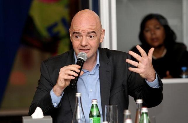 2月22日、南アフリカサッカー協会のダニー・ジョーダン会長は、出場チーム数が48に拡大する2026年W杯で、アフリカは出場枠の倍増を求めたと明かした。写真は国際サッカー連盟のジャンニ・インファンティノ会長。16日にドーハで撮影(2017年 ロイター/ Naseem Zeitoon)