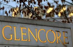 Glencore a annoncé jeudi un bénéfice en hausse de 18% en 2016, grâce au rebond des prix des matières premières et le groupe minier et de négoce affirme qu'il n'a jamais été dans une situation financière aussi solide, ce qui signifie qu'il est prêt pour de petites acquisitions ou de gros dividendes. /Photo d'archives/REUTERS/Arnd Wiegmann