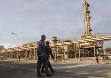 Trabajadores caminan fuera de la compañía de petróleo en el norte de Kirkuk, Irak. 2 de febrero 2015. Irán dijo el jueves que un aumento en los precios del petróleo a más de 55 dólares por barril no estaba dentro de los intereses de la OPEP, ya que conduciría a un aumento del bombeo de los productores ajenos al cartel, informó la agencia semioficial Fars. REUTERS/Ako Rasheed (IRAQ - Tags: ENERGY BUSINESS) - RTR4NWZ3