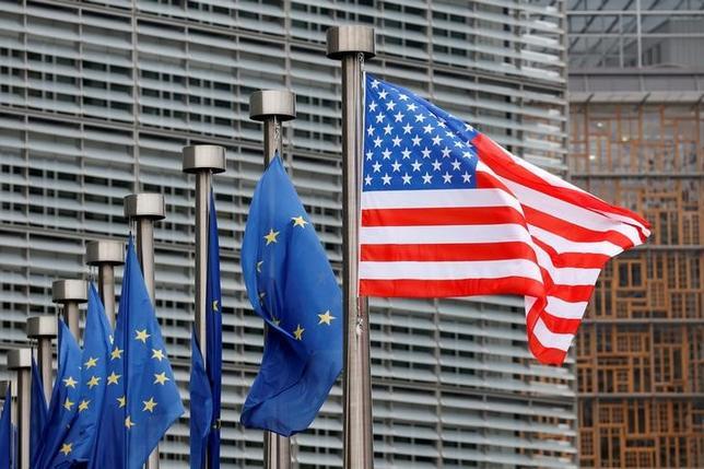 2月23日、トランプ米大統領は、ホワイトハウスでロイターとのインタビューに応じ、統治機関として欧州連合(EU)を「完全に支持する」と表明した。写真は米国とEUの旗、ブリュッセルで20日撮影(2017年 ロイター/Francois Lenoir)