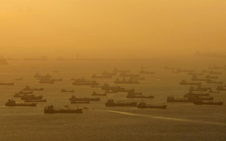 FILE PHOTO: Shipping vessels and oil tankers line up on the eastern coast of Singapore July 22, 2015.  REUTERS/Edgar Su/File Photo