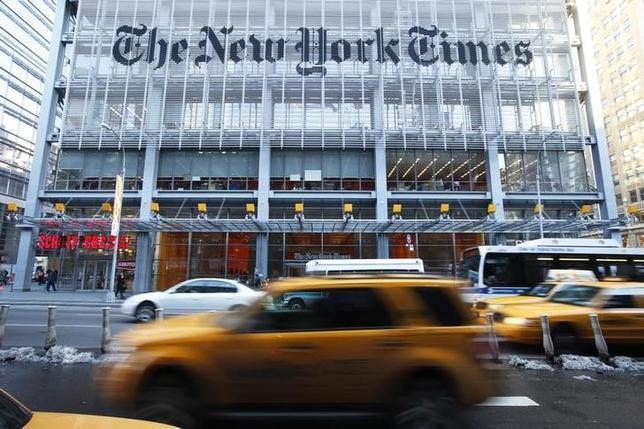 2月23日、米紙ニューヨーク・タイムズは26日のアカデミー賞授賞式の中継番組で、7年ぶりにテレビCMを放送することが分かった。ニューヨークの同社本社前で2010年3月撮影(2016年 ロイター/LUCAS JACKSON)