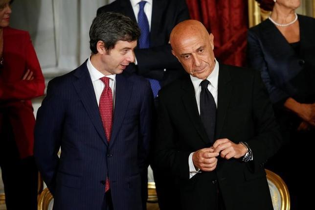 2月23日、イタリアのオルランド司法相(写真左)は、与党・民主党(PD)の党首選に立候補すると発表した。写真はローマで昨年12月撮影(2017年 ロイター/Remo Casilli)