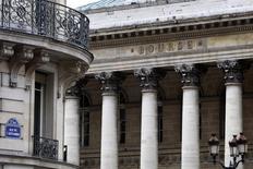 Les actions françaises, qui ont relativement bien résisté à l'incertitude politique liée aux rebondissements de la campagne pour l'élection présidentielle, risquent d'être rattrapées par les soubresauts sur le marché obligataire, préviennent vendredi les analystes d'UBS dans note aux clients. /Photo d'archives/REUTERS/Charles Platiau