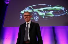 Le président du directoire de PSA, Carlos Tavares (photo), en discussion pour reprendre Opel, la filiale européenne de l'américain General Motors, a minimisé vendredi les risques de fermetures d'usines en Grande-Bretagne à l'occasion d'une visite à Londres. /Photo prise le 23 février 2017/REUTERS/Gonzalo Fuentes