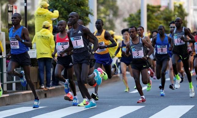 2月26日、東京マラソンでウィルソン・キプサング(ゼッケン1番)が日本国内最高タイムの2時間3分58秒で優勝した(2017年 ロイター/Toru Hanai)