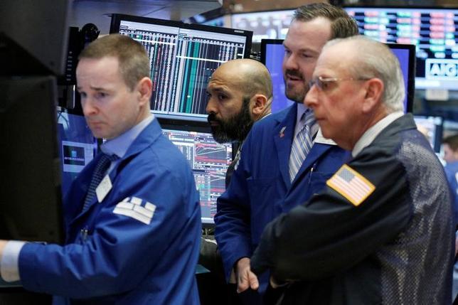 2月24日、翌週の米国株式市場では、トランプ大統領による28日の上下両院合同本会議での演説が注目される。株高が継続するうえで必要な具体的な施策が示されるかどうかが鍵だ。ニューヨーク証券取引所で22日撮影(2017年 ロイター/Brendan McDermid)
