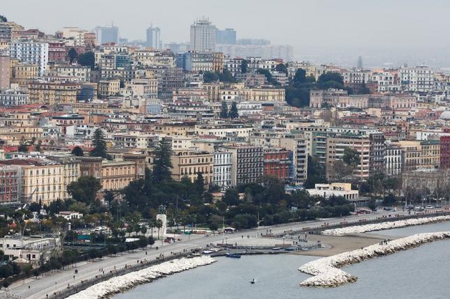 2月24日、イタリアのナポリにある病院で、医師や看護師を含む従業員94人が、常習的なずる休みの疑いで捜査対象となっている。警察が明らかにした。写真は昨年2月撮影のナポリの景観(2017年 ロイター/Tony Gentile)