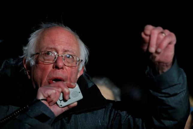 2月26日、昨年の米大統領選の民主党候補指名争いに出馬したバーニー・サンダース上院議員は26日、党の全面的な改革が必要と主張した。写真は1月、ワシントン州最高裁判所前でトランプ米大統領の入国制限に対し反論を展開するサンダース上院議員(2017年 ロイター/Aaron P. Bernstein)