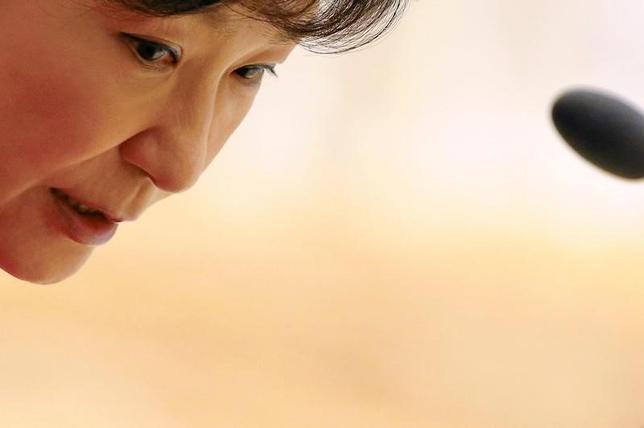 2月27日、韓国の朴槿恵大統領の弾劾を巡り憲法裁判所で同日に行われた最終弁論で、朴氏は大統領として自身の利益を追求した事実はないとあらためて主張した。写真はネピドーで2014年11月撮影(2017年 ロイター/Damir Sagolj)