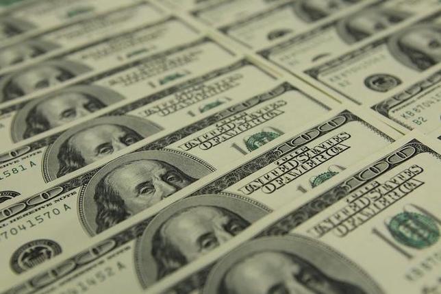 2月28日、内閣府が公表した「企業行動に関するアンケート調査」によると、今年1月半ば時点での上場企業(輸出を行っている企業のみ対象)の採算レートは1ドル100.5円となった。写真はブダペストで2011年11月撮影(2017年 ロイター/Laszlo Balogh)