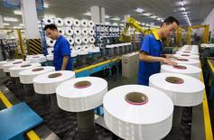 Рабочие на текстильной фабрике в Сучжоу, провинция Цзянсу, Китай. Китайская экономика в этом году сталкивается с рисками, связанными с неопределенностью в мире и избытком производственных мощностей внутри страны, сообщило статистическое бюро КНР во вторник. REUTERS/China Daily