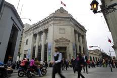Gente camina frente a la sede histórica del Banco Central de Reserva de Perú en Lima. 26 de agsoto de 2014. El banco central de Perú dijo el lunes que reducirá la tasa de encaje bancario en moneda local y extranjera a partir del miércoles, en un intento por estimular el crédito en medio de un alza de las tasas de interés globales. REUTERS/Enrique Castro-Mendivil