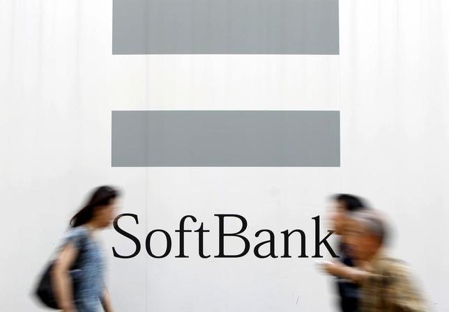 2月28日、ソフトバンクが出資するワンウェブと、インテルサットが合併で合意したと発表した。写真は都内の路上で2015年8月撮影(2017年 ロイター/Yuya Shino)
