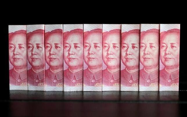 2月27日、中国企業の間で、海外市場での起債を検討する動きが急速に広がりつつある。写真は人民元紙幣。北京で2013年7月撮影(2017年 ロイター/Jason Lee)