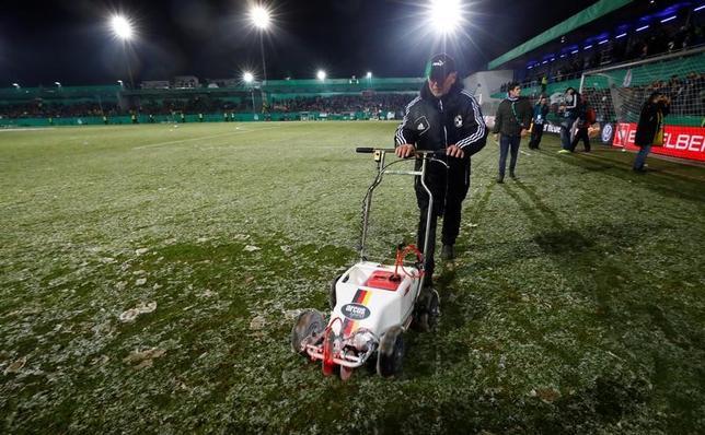 2月28日、サッカーのドイツ・カップ(杯)準々決勝で長谷部誠が所属のアイントラハト・フランクフルトはビーレフェルトに1─0で勝利し、ベスト4へ進出。香川真司が所属のドルトムントのゲーム(写真)は雪により延期となった(2017年 ロイター/WolfgangRattay)