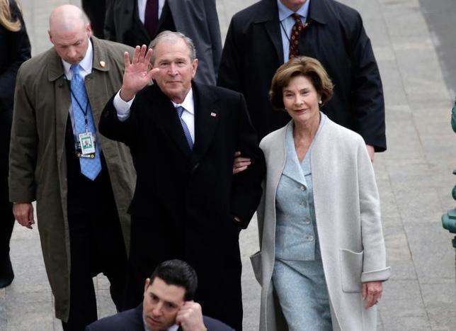 2月28日、ジョージ・W・ブッシュ元米大統領(70)は、トランプ大統領のもと、ワシントンの政治情勢は「少し醜い」が、米国が政治的な意見の対立を乗り越えると「楽観」していると語った。ローラ夫人とともにダラスの自宅で米ピープル誌のインタビューに応じた。写真は1月のトランプ大統領就任式での夫妻。代表撮影(2017年 ロイター/John Angelillo)