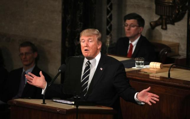 2月28日、米国への入国制限に関する新たな大統領令について、AP通信は、4人の米当局者の話として、イラクが入国の一時禁止の対象から外される見通しと伝えた。写真は上下両院合同会議で演説するトランプ米大統領(2017年 ロイター/Carlos Barria)