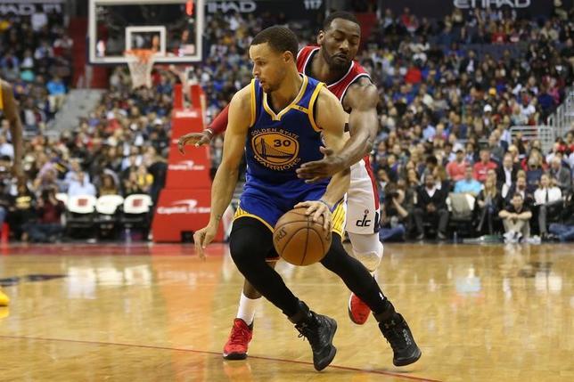 2月28日、米プロバスケットボール協会(NBA)は各地で試合を行い、西地区の首位ウォリアーズは108─112でウィザーズに敗れた。ステフェン・カリー(手前)が25得点するも及ばなかった(2017年 ロイター/Geoff Burke-USA TODAYSports)