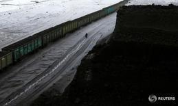 Состав с углем у Бородинского угольного разреза у города Бородино 9 декабря 2014 года. Железнодорожные грузоперевозки в России в феврале 2017 года выросли на 0,9 процента до 96 миллионов тонн, сообщила железнодорожная монополия РЖД в среду. REUTERS/Ilya Naymushin/File Photo