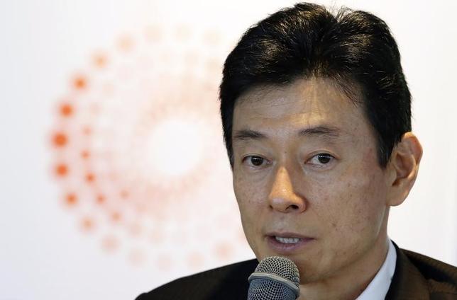 3月1日、西村康稔・自民党総裁特別補佐は、ドル/円相場について、トランプ米大統領の経済政策全体をみれば、基本的にはドル高/円安の流れになるとの見通しを示した。写真は2014年5月ロイター日本投資サミットで発言する西村氏(2017年 ロイター/Toru Hanai)