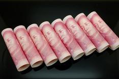 Купюры валюты юань в Пекине 5 ноября 2013 года. Госбанк ВТБ активно прорабатывает вопрос выпуска панда-бондов и надеется, что сделка Русала на китайском рынке откроет доступ к юаневым облигациям для других российских заёмщиков. REUTERS/Jason Lee