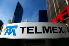 IMAGEN DE ARCHIVO. El logo de la compañía de telefonía, Telmex, en Ciudad de México, México. 28 de enero 2015. El regulador mexicano de telecomunicaciones, IFT, ha discutido obligar al magnate Carlos Slim a separar legalmente parte de su compañía de telefonía fija Telmex de América Móvil, dijeron tres personas familiarizadas con el asunto.REUTERS/Edgard Garrido/File Photo