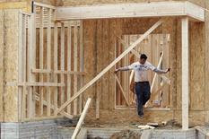 Un trabajador en una vivienda en construcción en Alexandria, EEUU, feb 16, 2012. El gasto en construcción en Estados Unidos cayó inesperadamente en enero debido a que la mayor baja en desembolsos públicos desde 2002 contrarrestó avances en inversiones para proyectos privados, lo que apunta a un crecimiento económico moderado en el primer trimestre.  REUTERS/Kevin Lamarque