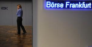 Les Bourses européennes ont terminé en forte hausse mercredi. À Paris, l'indice CAC 40 a terminé sur un gain de 2,11% (102,25 points) à 4.960,83 points, sa meilleure clôture depuis novembre 2015. Le Footsie britannique a pris 1,64% et a inscrit en séance un nouveau record tandis que le Dax allemand s'est adjugé 1,97% après un pic de 22 mois. /Photo d'archives/REUTERS/Kai Pfaffenbach