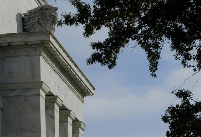 3月1日、ニューヨーク外為市場ではドルが主要通貨に対して大きく上昇した。米連邦準備理事会(FRB)当局者2人の前日のタカ派的発言により、FRBが早期に利上げに踏み切るとの観測が強まり、ドルが買われた。写真はワシントンのFRB本部。2014年10月撮影(2017年 ロイター/Gary Cameron)