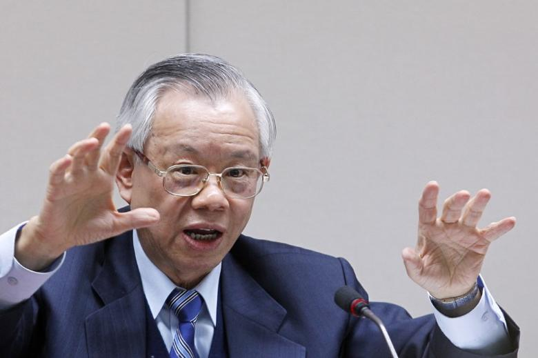 Taiwan's Central Bank Governor Perng Fai-nan gestures during a news conference in Taipei December 30, 2010. REUTERS/Pichi Chuang