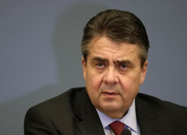 3月1日、ドイツのガブリエル外相は、ウクライナ東部の紛争解決に向けたミンスク和平合意の履行でほとんど前進がみられないと指摘し、ロシアへの制裁を解除する状況にはないとの認識を示した。ラトビア・リガでの行われた記者会見で撮影(2017年 ロイター/Ints Kalnins)