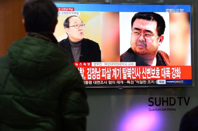 People watch a TV screen broadcasting a news report on the assassination of Kim Jong Nam, the older half brother of the North Korean leader Kim Jong Un, at a railway station in Seoul, South Korea, February 14, 2017.  Lim Se-young/News1 via REUTERS/Files