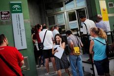 En la imagen, una mujer habla por el móvil a las puertas de una oficina de empleo en Málaga el 4 de julio de 2016. El número de personas registradas como desempleadas en España cayó un 0,25 por ciento en febrero respecto al mes anterior, lo que dejó a 3,75 millones de personas sin trabajo, mostraron el jueves datos del Ministerio de Trabajo. REUTERS/Jon Nazca - RTX2JKRK