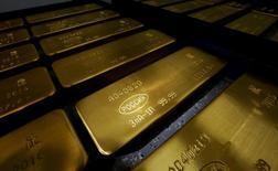 Слитки золота на заводе Красцветмет в Красноярске 24 октября 2016 года. Золотовалютные резервы РФ на конец прошлой недели составили $393,0 миллиарда, снизившись на $0,5 миллиарда, сообщил Центробанк. REUTERS/Ilya Naymushin