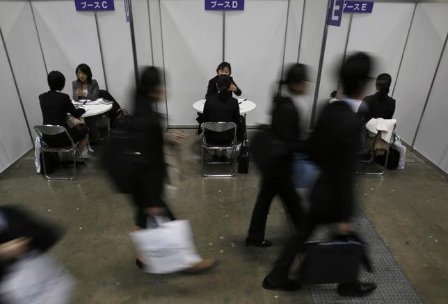 3月3日、総務省が発表した1月の完全失業率(季節調整値)は3.0%で昨年12月(3.1%)から改善した。写真は都内で開かれた新卒者向け就職説明会。2015年3月撮影(2017年 ロイター/Yuya Shino)