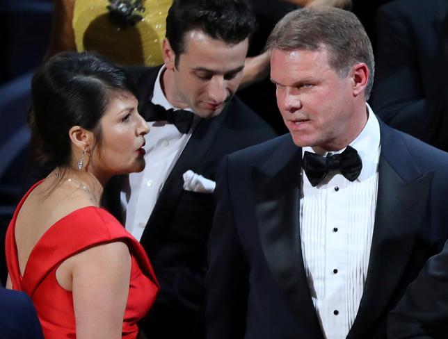 3月2日、米アカデミー賞の授賞式で作品賞が当初間違えて発表されたことに関連し、プライス・ウォーターハウス・クーパー(PwC)は封筒を渡した担当者2人(写真右と左)に対する警備を強化したと発表した。同社は詳細を明かしていないが、芸能サイトによると、2人はソーシャルメディア上で「殺す」と脅されたり、自宅の写真が投稿されたりしたという。写真は先月26日撮影(2017年 ロイター/Lucy Nicholson)