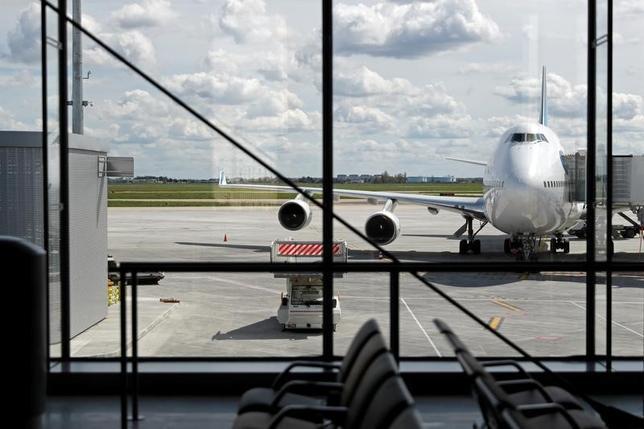 3月2日、欧州議会は、欧州連合(EU)の執行機関である欧州委員会に対し、今後2カ月以内に、欧州を訪れる米国民にビザの申請を義務づけるよう要請した。写真はパリ近郊のオルリー空港で昨年4月撮影(2017年 ロイター/Benoit Tessier)