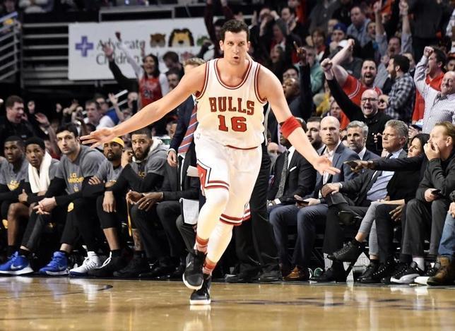 3月2日、米プロバスケットボール協会(NBA)は各地で試合を行い、ウォリアーズ─ブルズは94─87でブルズが勝利した。写真は3ポイントシュートを決めて喜ぶブルズのポール・ジプサー(2017年 ロイター/David Banks-USA TODAY Sports)