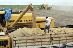 Caminhão é carregado com grãos de soja em campo na cidade de Primavera do Leste, no Matro Grosso 07/02/2013 REUTERS/Paulo Whitaker