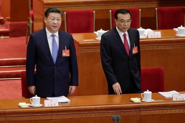 3月5日、中国で第12期全国人民代表大会(全人代)第5回会議が開幕。李克強首相(写真右)は政府活動報告で、2017年のGDP成長率について6.5%前後を目指すとし、前年の6.5─7%から引き下げた。全人代に臨む習近平国家主席(写真左)と李首相。北京の人民大会堂で5日撮影(2017年 ロイター/Jason Lee)