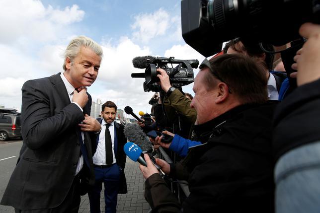 3月5日、15日に実施されるオランダ下院選で第1党を争う極右政党、自由党(PVV)のウィルダース党首は、自身が首相ならトルコ当局者がオランダ国内で政治活動を行うことを禁止すると言明した。写真は記者の質問に答える同党首。アムステルダムで撮影(2017年 ロイター/Cris Toala Olivares)