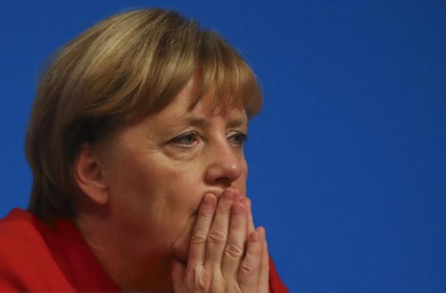 3月4日、9月にドイツ連邦議会選挙を控え、民間調査会社エムニドが行った世論調査によると、メルケル首相率いる保守系与党連合、キリスト教民主・社会同盟(CDU・CSU)の支持率が33%と、中道左派の社会民主党(SPD)の32%をわずかに上回った。写真はメルケル首相。ドイツのエッセンで昨年12月撮影(2017年 ロイター/Kai Pfaffenbach)