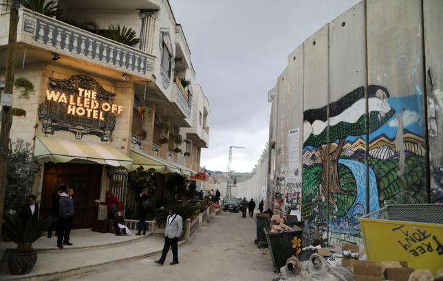 3月3日、英覆面ストリート・アーティストのバンクシーが、パレスチナ自治区のベツレヘムに3階建のホテル「Walled Off」(壁で隔てられた)を開設した。場所は軍の見張り塔の真下で、パレスチナ自治区とユダヤ人入植地との間にイスラエルが建設したコンクリート製の分離壁に面している(2017年 ロイター/ Ammar Awad)