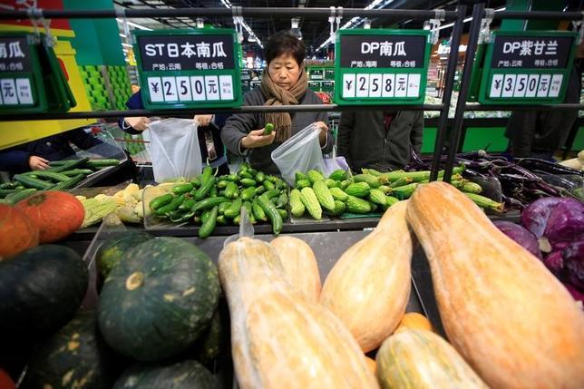 3月6日、中国国家発展改革委員会(NDRC)の寧吉哲副主任は、北京で会見し、今年は物価の安定を確実にするとともに改革を深めていく方針を示した。写真は上海のスーパーマーケットの買い物客。昨年3月撮影(2017年 ロイター/Aly Song)