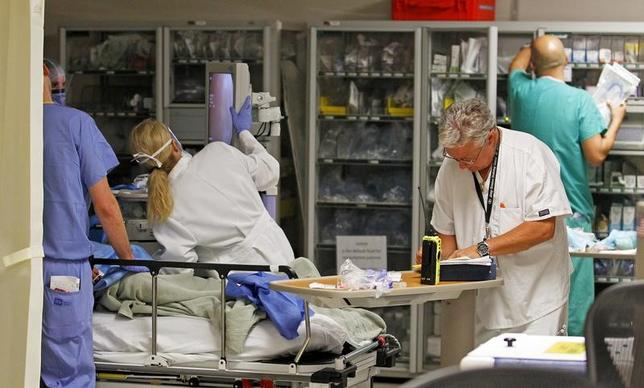 3月5日、米議会の共和党関係者によると、同党は今週、オバマ前政権の看板政策である医療保険制度改革法(オバマケア)の代替法案を発表する見通し。写真は医師や看護婦が働く病院の「様子。フロリダ州マイアミで2013年9月撮影(2017年 ロイター/Joe Skipper)